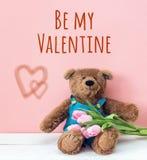 Предпосылка на день ` s валентинки с плюшевым медвежонком и тюльпанами стоковое фото rf