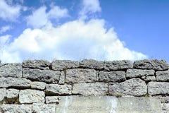 Предпосылка неба и каменной стены много камней Стоковые Изображения