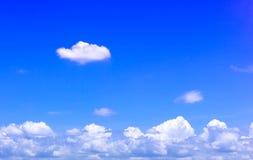 Предпосылка неба с белыми облаками Стоковое фото RF