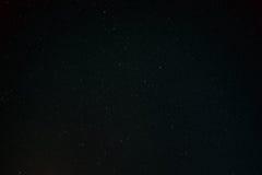 Предпосылка неба черной темной ночи звёздная Взгляд ночи естественных накаляя звезд Стоковое фото RF