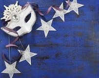 Предпосылка Нового Года с белыми маской и звездами партии masquerade Стоковые Фото