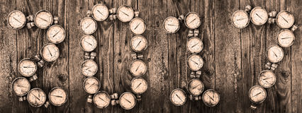 предпосылка 2017 Новых Годов, знак 2017 инструментами или оборудованием на деревянной предпосылке, идея Нового Года запасной част Стоковые Фотографии RF