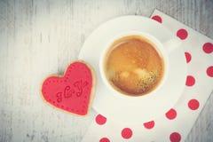 Предпосылка дня Валентайн Взгляд сверху сердца сформировало печенье и чашку кофе над белой деревянной деревенской предпосылкой Ви Стоковые Фото