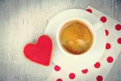 Предпосылка дня Валентайн Взгляд сверху сердца сформировало печенье и чашку кофе над белой деревянной деревенской предпосылкой Стоковые Изображения