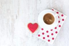 Предпосылка дня Валентайн Взгляд сверху сердца сформировало печенье и чашку кофе над белой деревянной деревенской предпосылкой Стоковая Фотография RF