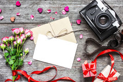 Предпосылка дня Валентайн винтажная ретро камера с пустой белой поздравительной открыткой Стоковые Изображения RF