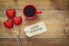 Предпосылка дня Валентайн Красные сердца и чашка кофе Стоковые Фото