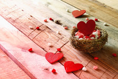 Предпосылка дня Валентайн Пары красных сердец в птице гнездятся Стоковое Фото