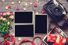 Предпосылка дня Валентайн пустые рамки фото с ретро камерой Стоковые Фотографии RF