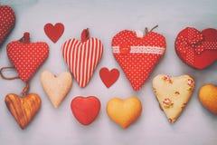 Предпосылка дня Валентайн Различный сердец деревянных и ткани Стоковые Изображения RF