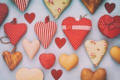 Предпосылка дня Валентайн Различный сердец деревянных и ткани Стоковое Изображение RF