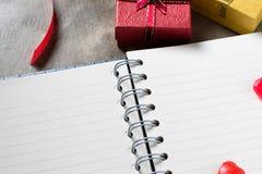 Предпосылка дня Валентайн Сердца валентинки с открытым пустым примечанием Стоковые Фотографии RF