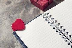 Предпосылка дня Валентайн Сердца валентинки с открытым пустым примечанием Стоковые Изображения RF