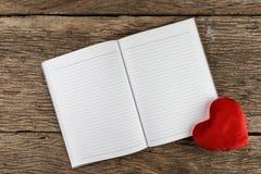 Предпосылка дня Валентайн Сердца валентинки с открытым пустым примечанием Стоковая Фотография RF