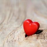 Предпосылка дня Валентайн Сердца на деревянной текстуре Макрос Стоковые Изображения