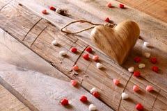 Предпосылка дня Валентайн Сердца на деревянном столе Стоковые Изображения RF