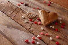 Предпосылка дня Валентайн Сердца на деревянном столе Стоковая Фотография
