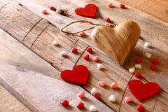 Предпосылка дня Валентайн Сердца на деревянном столе Стоковые Изображения