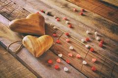Предпосылка дня Валентайн Сердца на деревянном столе Стоковые Фотографии RF