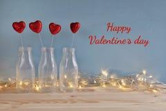 Предпосылка дня Валентайн Сердца яркого блеска в стеклянных вазах Стоковые Фотографии RF