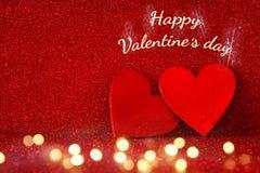 Предпосылка дня Валентайн Сердца яркого блеска красные на красной предпосылке Стоковые Фото