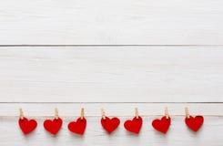 Предпосылка дня валентинки, бумажная граница сердец на древесине, космосе экземпляра Стоковое Изображение RF