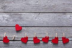 Предпосылка дня валентинки, бумажная граница сердец на древесине, космосе экземпляра Стоковая Фотография