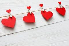 Предпосылка дня валентинки, бумажная граница сердец на древесине, космосе экземпляра Стоковые Фото