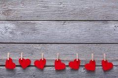 Предпосылка дня валентинки, бумажная граница сердец на древесине, космосе экземпляра Стоковые Фотографии RF