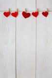 Предпосылка дня валентинки, бумажная граница сердец на древесине, космосе экземпляра Стоковое фото RF