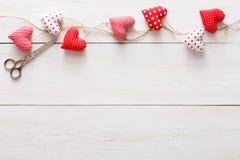 Предпосылка дня валентинки, граница сердец подушки на древесине, космосе экземпляра Стоковая Фотография