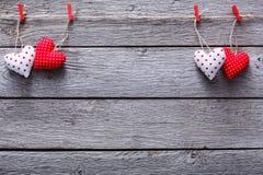 Предпосылка дня валентинки, граница сердец подушки на древесине, космосе экземпляра Стоковая Фотография RF