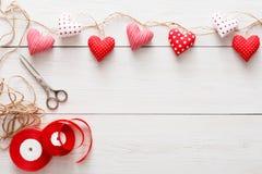 Предпосылка дня валентинки, граница сердец подушки на древесине, космосе экземпляра Стоковые Изображения