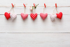 Предпосылка дня валентинки, граница сердец подушки на древесине, космосе экземпляра Стоковое Фото