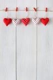 Предпосылка дня валентинки, граница сердец подушки на древесине, космосе экземпляра Стоковое Изображение