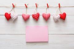 Предпосылка дня валентинки, граница сердец подушки на древесине, космосе экземпляра Стоковое Изображение RF