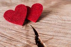 Предпосылка дня валентинки, деревянные сердца на древесине с космосом экземпляра Стоковое Фото