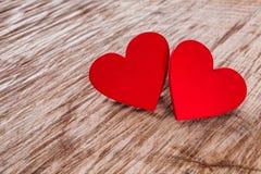 Предпосылка дня валентинки, деревянные сердца на древесине с космосом экземпляра Стоковое Изображение RF