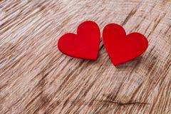 Предпосылка дня валентинки, деревянные сердца на древесине с космосом экземпляра Стоковое Изображение