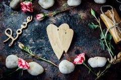 Предпосылка дня валентинки - 2 деревянных сердца совместно Стоковые Изображения RF