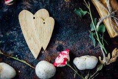 Предпосылка дня валентинки - 2 деревянных сердца совместно Стоковые Фото