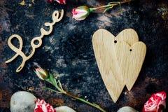 Предпосылка дня валентинки - 2 деревянных сердца совместно Стоковое фото RF