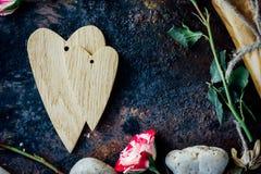 Предпосылка дня валентинки - 2 деревянных сердца совместно Стоковое Изображение