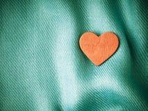 Предпосылка дня валентинки. Красное сердце на сини складывает ткань Стоковые Изображения RF