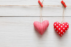 Предпосылка дня валентинки, пара сердец подушки на древесине, космосе экземпляра Стоковое Изображение RF
