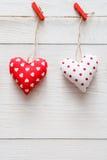 Предпосылка дня валентинки, пара сердец подушки на древесине, космосе экземпляра Стоковое Фото
