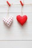 Предпосылка дня валентинки, пара сердец подушки на древесине, космосе экземпляра Стоковое фото RF