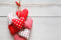 Предпосылка дня валентинки, пук сердец подушки на древесине, космосе экземпляра Стоковые Фото