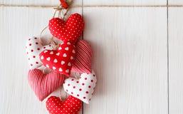 Предпосылка дня валентинки, пук сердец подушки на древесине, космосе экземпляра Стоковые Изображения RF