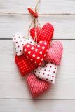 Предпосылка дня валентинки, пук сердец подушки на древесине, космосе экземпляра Стоковая Фотография RF